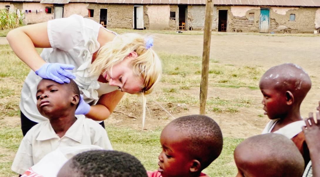 ガーナの学校に出向いて子供たちの頭皮の健康状態をチェックを行う公衆衛生インターン